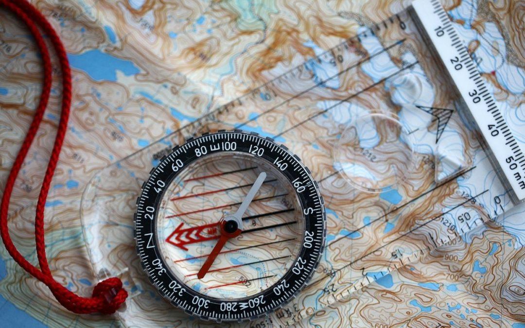 Orientation en randonnée : comment utiliser une boussole et une carte en montagne ?