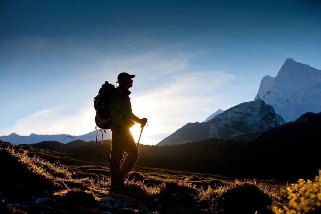un randonneur cherche son chemin en montagne